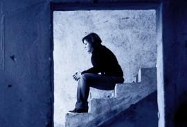 sadwoman_stairs_525
