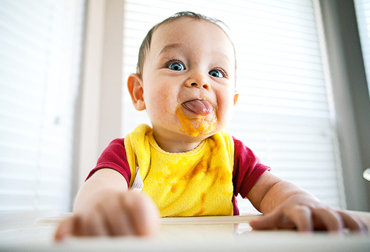baby_eating_525