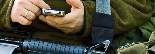 soldier_texting_525