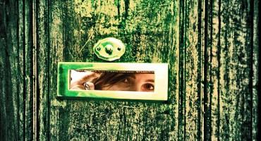 woman_door_525