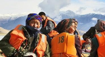 Tibetans_boat_525