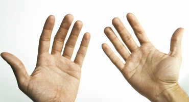 Eleven percent of people diagnosed with mood disorders such as depression and bipolar disorder are left-handed, says Jadon Webb. But among those with schizophrenia or schizoaffective disorder, a striking of 40 percent are left-handed. (Credit: Nate Steiner/Flickr)