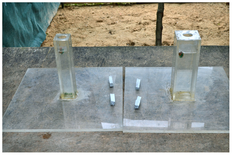 Narrow and wide tubes with equal water levels.
