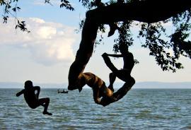 two kids jump in lake nicaragua