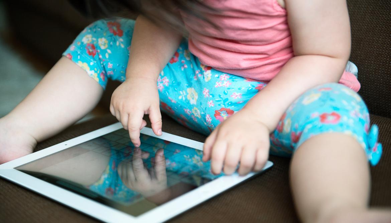 baby uses tablet/iPad