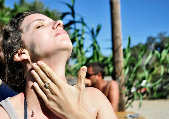 woman applies sunscreen