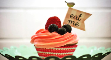 "cupcake with ""eat me"" flag"