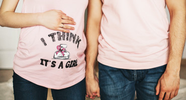 pregnant couple pink t-shirts