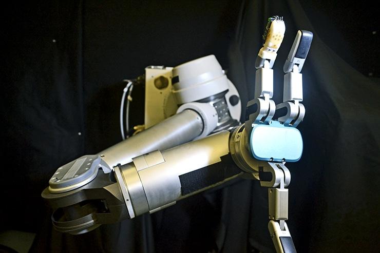 robot arm and skin sensor on fingertip