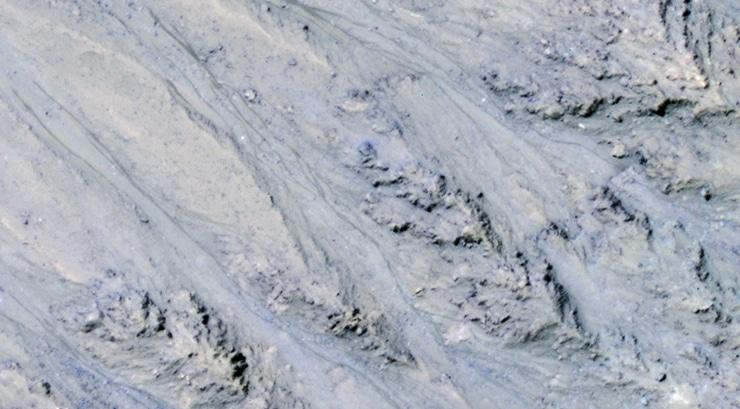 dark streaks on Martian slope