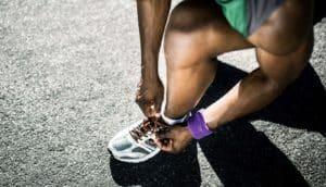runner ties his shoe