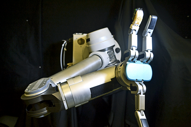 robot arm and skin sensor on fingertip