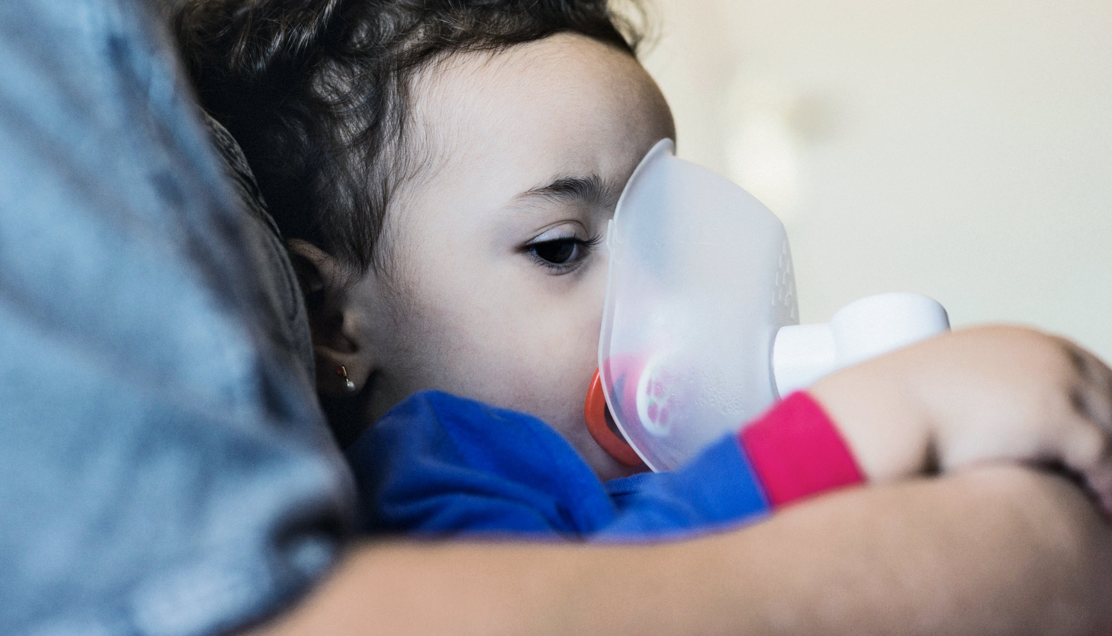 children with asthma Tobacco~more than 40% of children who go to the emergency room for asthma live with smokers for children who have asthma, however, the frequency and severity of asthma attacks improves greatly if smoke exposure stops.