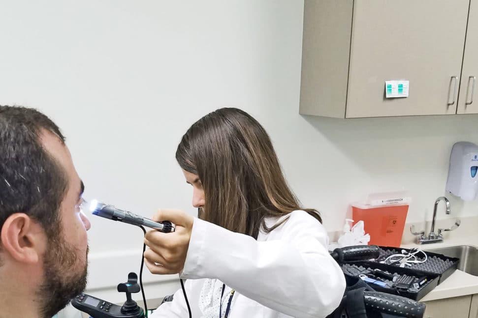 Los dispositivos alivian las limitaciones para los doctores con discapacidad