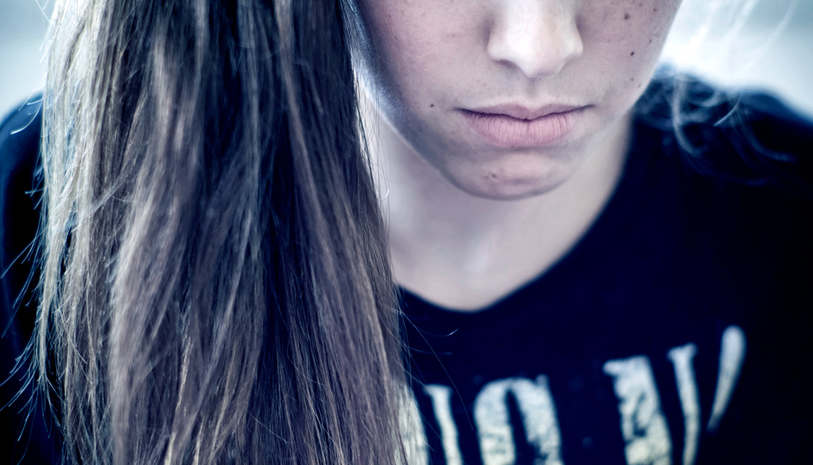 For abused teen girls, suicidal thoughts linked to bond with mom