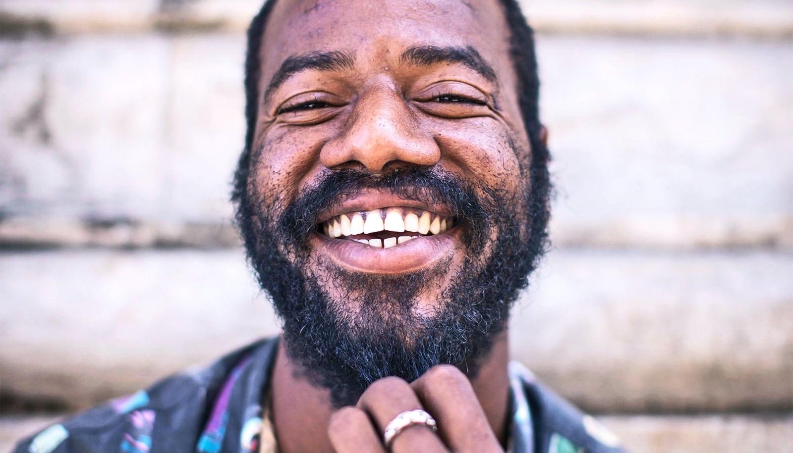 Senyum Bisa Membawa 10 Dampak Positif Ini Lho!