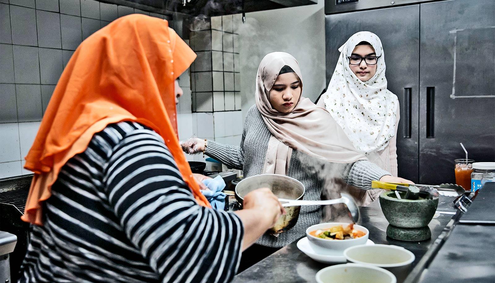 Ethnic communities help new refugees find work